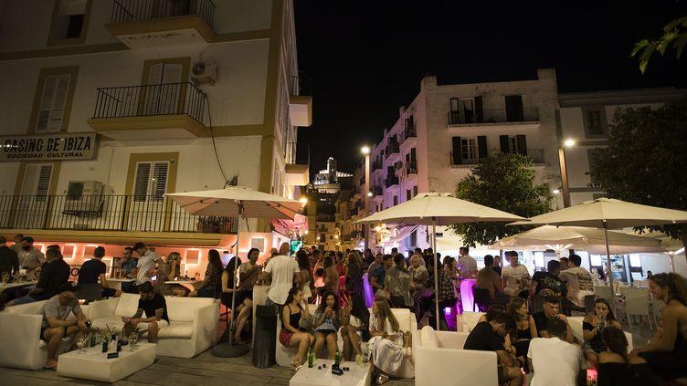 Une terrasse de bar avec beaucoup de clientèle et de gens de passage.  (JAIME REINA / AFP)