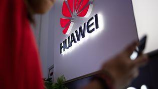 Les téléphones Hauwei n'auront plus l'application Facebook pré-installé. (FRED DUFOUR / AFP)
