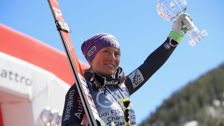 Le Globe de Cristal remporté par Tessa Worley la saison dernière symbolise parfaitement la réussite des Bleus en slalom géant. (EZRA SHAW / GETTY IMAGES NORTH AMERICA)