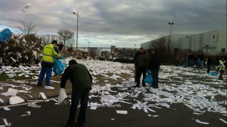 A l'annonce de la fermeture de l'usine, lundi 6 janvier 2014,les salariés de Stora Enso de Corbehem(Pas-de-Calais) ont jeté du papier aux alentours de l'usine. (HELENE TONNEILLIER / FRANCE 3 NORD PAS DE CALAIS)