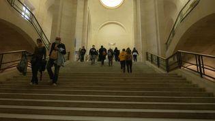 Des visiteurs dans le musée du Louvre, à Paris, le dernier jour de son ouverture avant confinement, le 29 octobre 2020. (SANDRINE MARTY / HANS LUCAS / AFP)