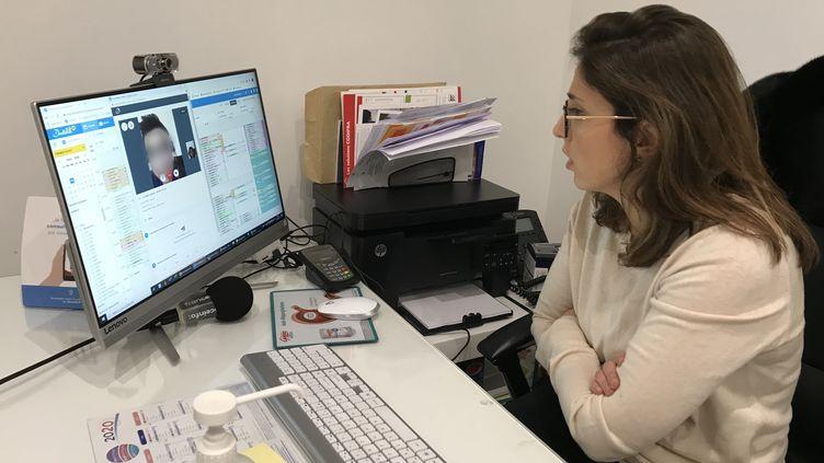 Une consultation en télémédecine chez la docteur Smadja, à Paris, le 10 mars 2020. (LÉO TESCHER / RADIO FRANCE)