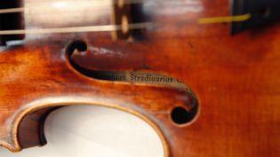Un violon Stradivarius exposé au musée de la Musique, à Paris, en décembre 2009. (PATRICK KOVARIK / AFP)