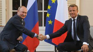 Vladimir Poutine et Emmanuel Macron lors de lors conférence de presse commune au Fort de Brégançon (Var), le 19 août 2019. (SERGEY GUNEEV / SPUTNIK / AFP)
