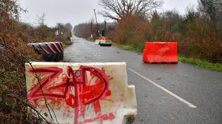 Une ancienne barricade à l'entrée de la ZAD de Notre-Dame-des-Landes (Loire-Atlantique), le 18 janvier 2018. (LOIC VENANCE / AFP)