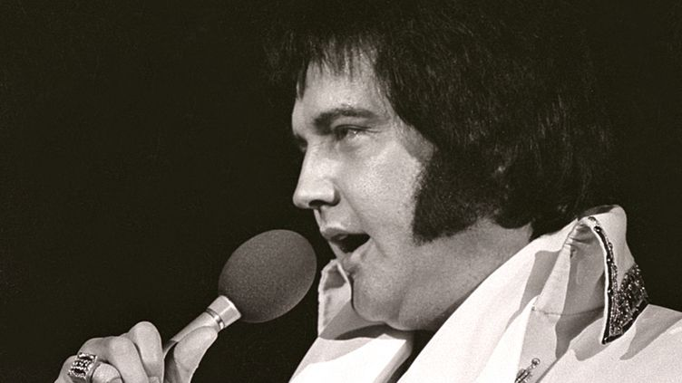 Elvis Presley en concert à Milwaukee (Wisconsin), le 27 avril 1977. (RONALD C. MODRA / HULTON ARCHIVE)