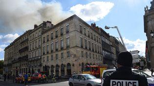 Des pompiers interviennent après le déclenchement d'un violent incendie dans le centre-ville de Bordeaux (Gironde), samedi 25 mai 2019. (MEHDI FEDOUACH / AFP)