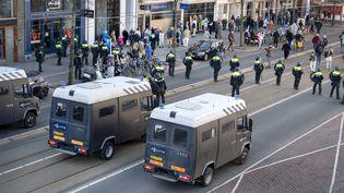 Place des Musées, à Amsterdam, la police déloge les manifestants anti-restrictions le 28 février 2021. (EVERT ELZINGA / ANP)