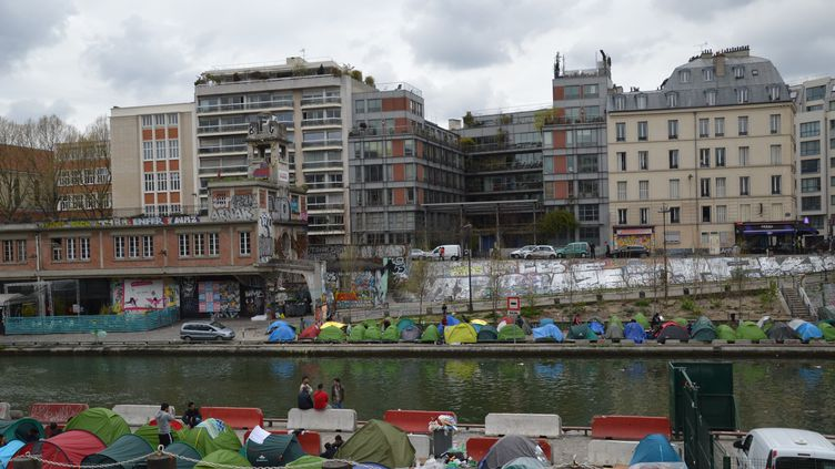 Des tentes de migrants, le long du canal Saint-Martin à paris, le 14 avril 2018. (ALPHACIT NEWIM / CROWDSPARK)