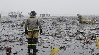 Le site du crash du Boeing qui s'est écrasé samedi 19 mars à Rostov-sur-le-Don, en Russie. (FEDOR LARIN / ANADOLU AGENCY / AFP)