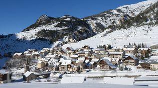 La ville de Cervières (Hautes-Alpes), à proximité de laquelle deux randonneurs en raquettes ont disparu dimanche 15 février 2015. (JEAN-LUC ARMAND / PHOTONONSTOP / AFP)