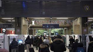 Des passagers en attente d'informations à la gare Montparnasse, à Paris, le 3 décembre 2017. (MARTIN BUREAU / AFP)