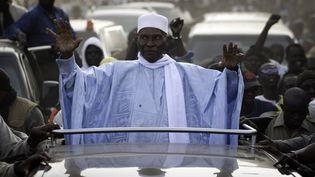 Abdoulaye Wade se présente pourun triosième mandat consécutif, alors que la constitution sénégalaise le lui interdit. (ON)