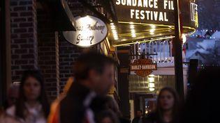 Des piétons passent devant le Théâtre égyptien de Park City (Utah), avant l'ouverturedu festival du film de Sundance, mercredi 16 janvier 2013. (JIM URQUHART / REUTERS )