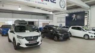 Rien ne va plus dans le secteur automobile, en conséquence de la pénurie mondiale de semi-conducteurs.Explications. (FRANCE 2)
