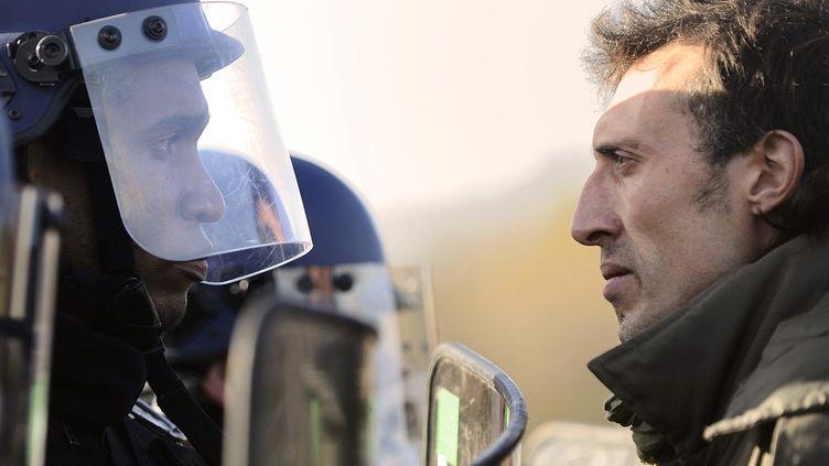 Forces de l'ordre et opposants au projet d'aéroport de Notre-Dames-des-Landes (Loire-Atlantique) face à face, le 15 décembre 2012. (JEAN-SEBASTIEN EVRARD / AFP)