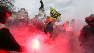 Des cheminots manifestent à l'appel de la CGT contre la réforme des retraites, place de la République à Paris, le 4 janvier 2020. (MICHEL STOUPAK / NURPHOTO / AFP)