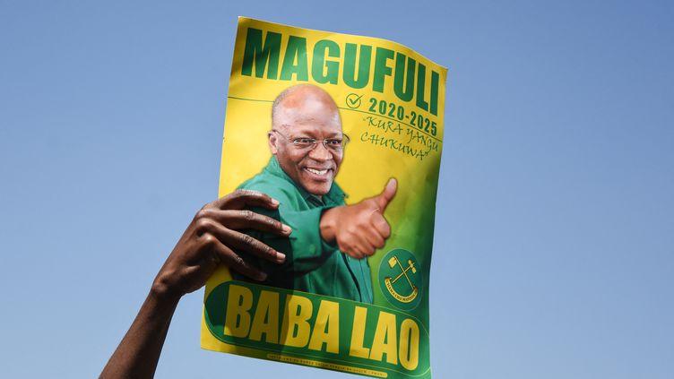 Un portrait du président Magufuli lors du lancement de la campagne électorale en août 2020. (ERICKY BONIPHACE / AFP)