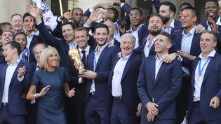 Les joueurs de l'équipe de France championne du monde 2018 sont reçus à l'Elysée par Emmanuel Macron et sa femme, le 16 juillet 2018. (LUDOVIC MARIN / AFP)