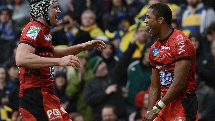 Delon Armitage (D) célèbre son essai avec un coéquipier de Toulon lors de la finale de la Coupe d'Europe de rugby, à Dublin (Irlande), le 18 mai 2013. (FRANCK FIFE / AFP)