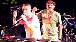 Gilles Peterson et Roy Ayers sur scène lors du Worldwide Festival à Sète, en 2015. (ALEX BAILLAUD / MAXPPP)