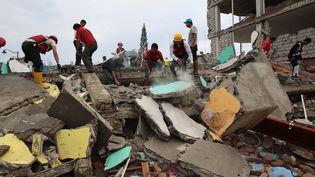 Toujours à Pedernales, des secouristes et des habitants fouillent les débris dans l'espoir de retrouver des survivants. (JOSE JACOME / SIPA)