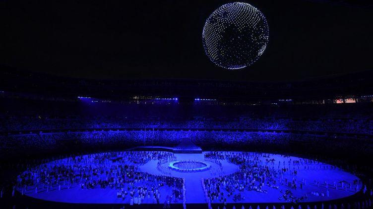 1824 drones ont illuminé le ciel de Tokyo, lors de la cérémonie d'ouverture des Jeux olympiques de Tokyo, le 23 juillet. (JEWEL SAMAD / AFP)