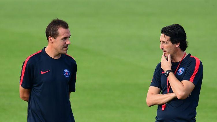 Le coach du PSGUnai Emery (à droite) s'entretient avec l'un de ses assistants lors d'une séance d'entraînement àSaint-Germain-en-Laye (Yvelines), le 12 septembre 2016. (FRANCK FIFE / AFP)