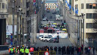 Un périmètrede sécurité a été installé près de la station de métro de Maelbeek, à Bruxelles (Belgique), où une explosion a fait plusieurs morts, mardi 22 mars 2016. (EMMANUEL DUNAND / AFP)
