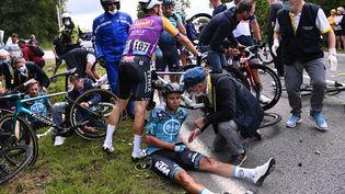 Des coureurs au sol lors d'une chute survenue sur la première étape du Tour de France 2021. (ANNE-CHRISTINE POUJOULAT / POOL / AFP)