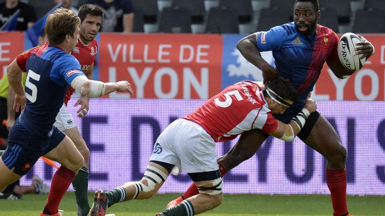 Fulgence Oudreaogo avec l'équipe de France de rugby à VII (JEAN-PHILIPPE KSIAZEK / AFP)