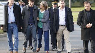 Le journaliste français Loup Bureau, avec à ses côtés la ministre de la Culture Françoise Nyssen lors de son arrivée à Roissy le 17 septembre 2017. (GEOFFROY VAN DER HASSELT / AFP)