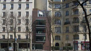 Depuis le boulevard, la petite maison de couture parisienne d'Anna Ruohonen ressemble à une tour miniature  (Pekka Littow)