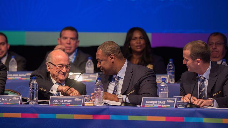 Jeffrey Webb avec l'ancien président de la Fifa Sepp Blatter (DAVID LEAH / MEXSPORT)