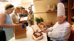 Gaston Lenôtre, qui avait renouvelé l'art de la pâtisserie et bâti un veritable empire de la gourmandise, est décédé le 8 janvier 2009,à l'âge de 88 ans, des suites d'une longue maladie dans sa maison de Sologne. Il aurait eu 100 ans le 28 mai 2021. (PHOTOPQR / NICE MATIN / MAXPPP)