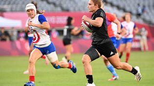 La Néo-ZélandaiseMichaela Blyde inscrit le premier essai de la finale olympique de rugby à 7 contre la France en prenant de vitesse la FrançaiseCamille Grassineau, le 31 juillet 2021. (GREG BAKER / AFP)