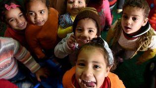 Des «enfants de la rue» du Caire jouant à la fondation Banati, une association de la société civile œuvrant à sauver du naufrage les enfants sans abris. (MOHAMED EL-SHAHED/AFP)