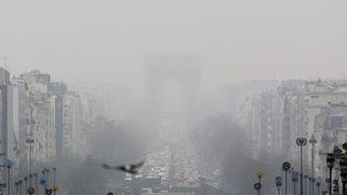 L'Arc de Triomphe perdu dans la brume de pollution qui flotte au-dessus de Paris, le 20 mars 2015. (  MAXPPP)