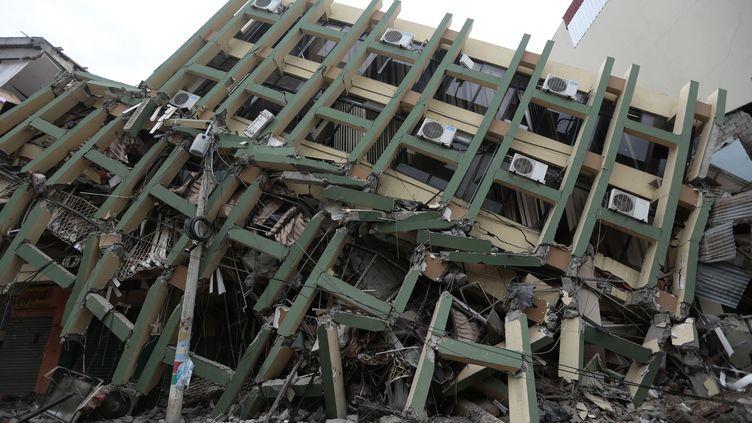 Un immeuble effondrée à Portoviejo (Equateur), le 17 avril 2016. (JUAN CEVALLOS / AFP)