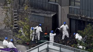 La police, ici le 30 juin 2017, continue de fouiller les décombres de la tour incendiée, alors que le bilan des victimes n'est pas définitif. (MAXPP)