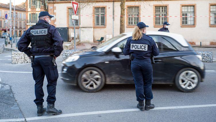 Des contrôles de police pour faire respecter le couvre-feu, le 19 février 2021, à Montauban (Tarn-et-Garonne). (PATRICIA HUCHOT-BOISSIER / HANS LUCAS)