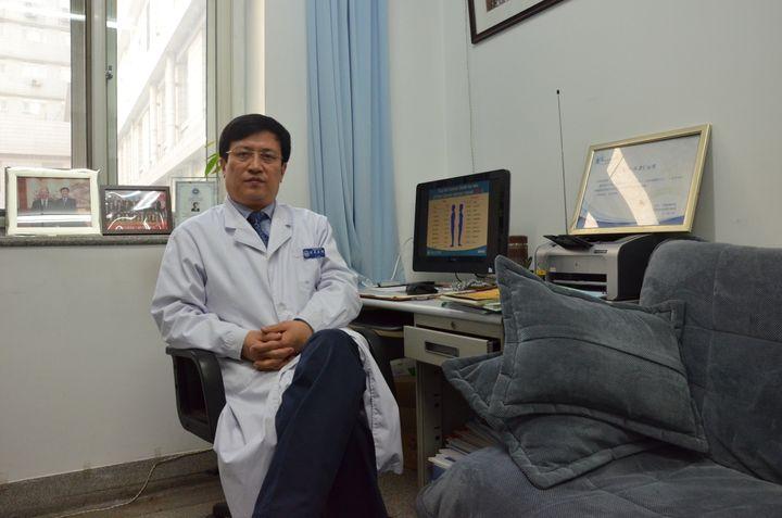 Le docteur Zhi Xiuyi, le 14 janvier 2014, à l'hôpital Xuanwu de Pékin (Chine). (THOMAS BAIETTO / FRANCETV INFO)