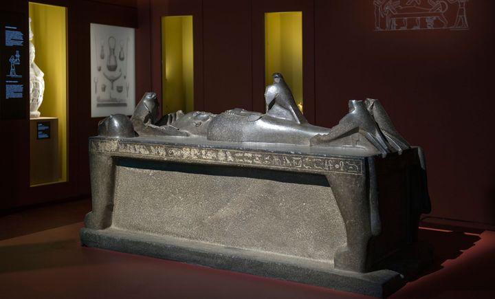 """Osiris sur sa couche funèbre, avec Isis en oiselle, exposé à l'Institut du monde arabe dans le cadre de l'exposition """"Osiris, mystères engloutis d'Egypte"""" (7 septembre 2015)  (Annie Viannet / MAXPPP)"""