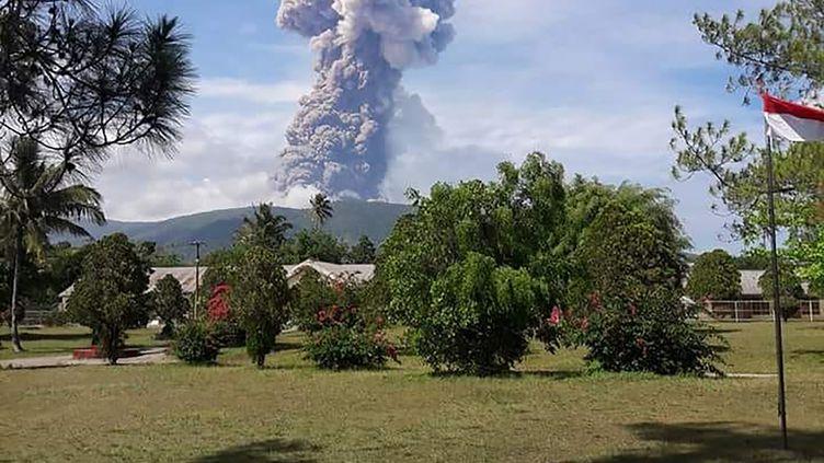 Une photo fournie parl'agence de gestion des situations d'urgencede l'éruption du volcan Soputan, sur l'île de Célèbes en Indonésie, le 3 octobre 2018. (HANDOUT / INDONESIA'S NATIONAL DISASTER AG / AFP)