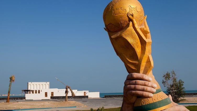 Une sculpture représentant la Coupe du monde, près de Doha (Qatar), le 21 décembre 2011. (NADINE RUPP / GETTY IMAGES ASIA PAC)