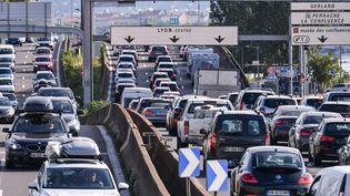 Des automobilistes coincés dans un bouchon sur l'autoroute A7 près de Lyon lors du précédent samedi de départs en vacances, le 31 juillet 2021. (PHILIPPE DESMAZES / AFP)