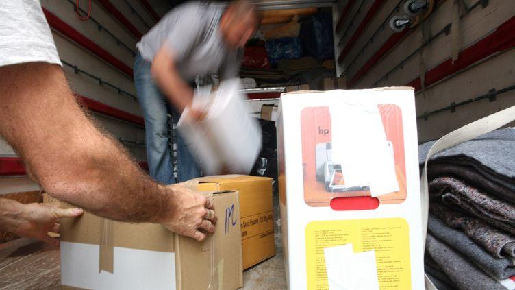 Des cartons sont chargés dans un camion de déménagement à Paris le 28 juin 2009. (LOIC VENANCE / AFP)
