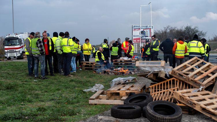 """Des """"gilets jaunes"""" sur un point de blocage près de Valence (Dôme), le 19 novembre 2018. (ROMAIN LAFABREGUE / AFP)"""