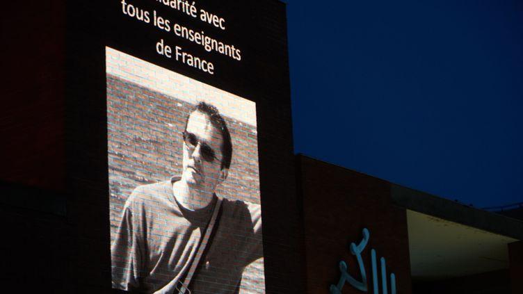 Une photo de Samuel Paty projetée sur la façade du Conseil régional de la région Occitanie, le 21 octobre 2020 à Toulouse (Haute-Garonne). (ALAIN PITTON / NURPHOTO / AFP)