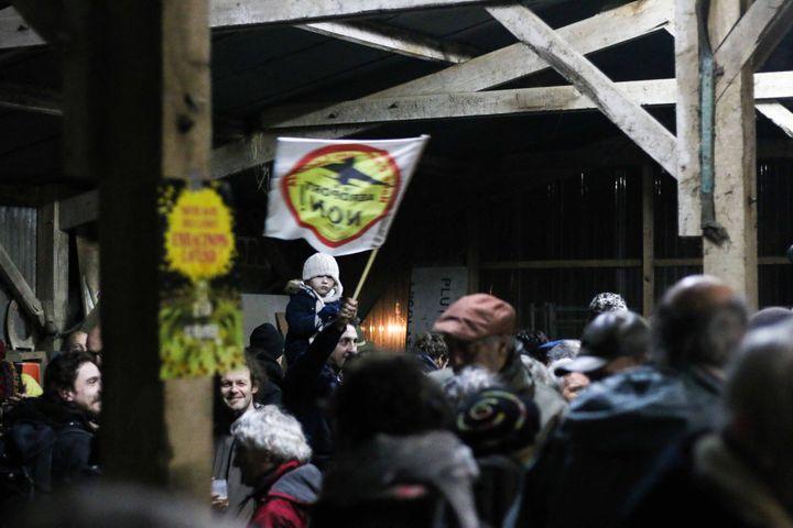"""Des opposants au projet Notre-Dame-des-Landes fêtent la décision d'abandon à """"La Vache Rit"""", dans la Zad, mercredi 17 janvier 2017. (YANN SCHREIBER / RADIO FRANCE)"""